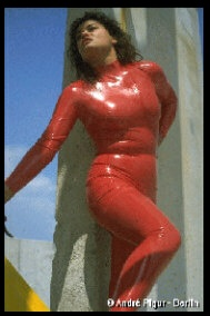 LATEXLADY in rotem Latex-Catsuit-Foto: André Pigur